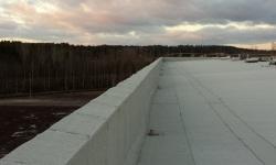 Lamekatuse ehitus: servatõsted, pealiskiht, SBS rullmaterjal, valge.
