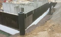 Sokli hüdroisolatsioon: vesieristus tööd teostatud, soojustus paigaldatud, vundamendi ümbrus täidetakse liiva ja killustikuga