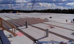 Lamekatuse ehitus: aurutõkke paigaldus sulabituumen liimimis meetodiga.